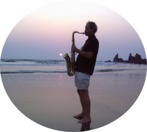 Michael Miller am Strand mit Saxophon
